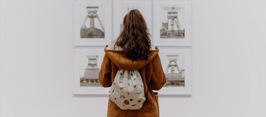 Девушка рассматривает картины